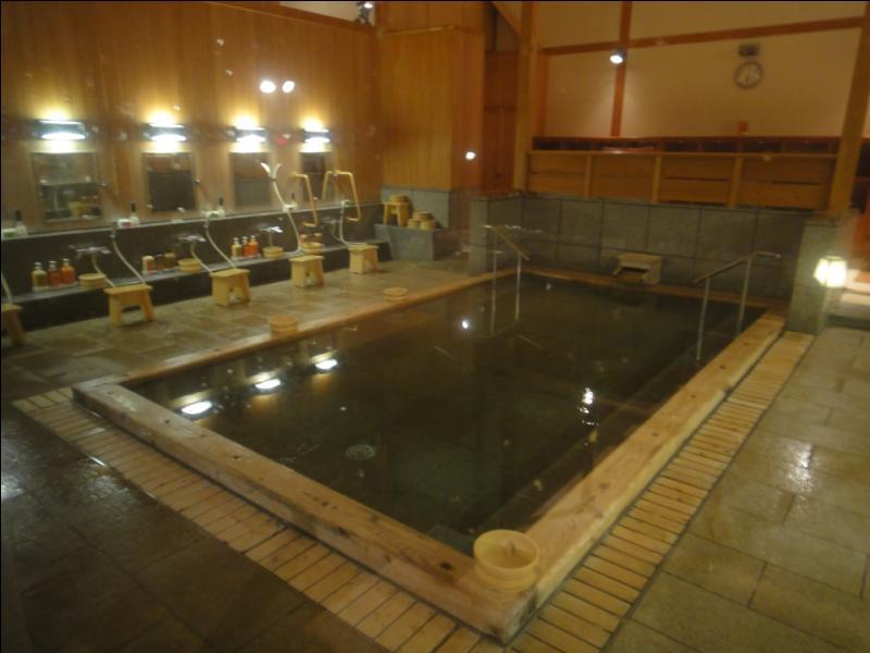 Pourquoi les Japonais fréquentent-ils beaucoup plus les bains thermaux que les habitants des autres pays ? (Agrandissez certaines photos.)