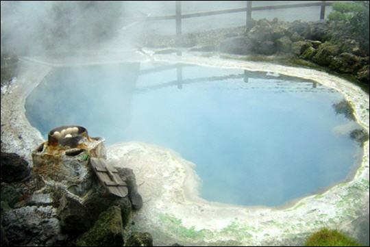 La silice dissoute dans l'eau de la source thermale de Kamado la colore en ...