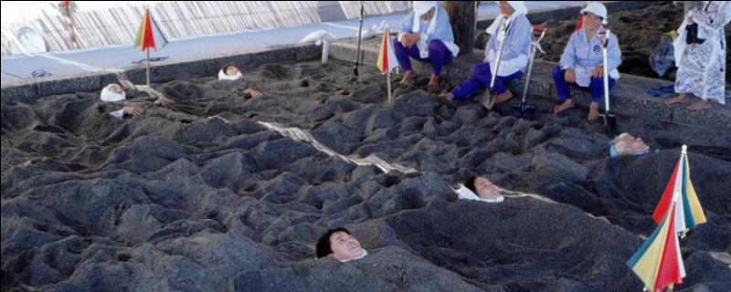 La station thermale d'Ibusuki, sur l'île Kyushu, doit sa popularité à sa ...