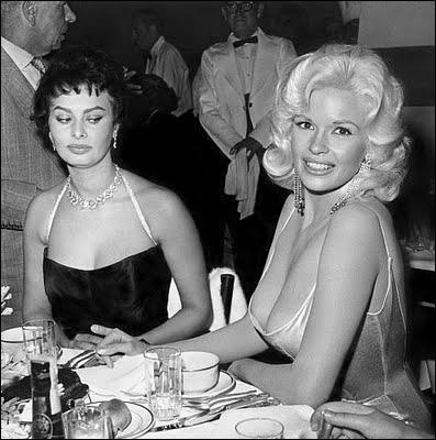Cette photo est très célèbre : pour les deux célèbres décolletés ici présents, des deux stars Sophia Loren et Jayne Mansfield, mais aussi pour ce qu'a capté le photographe, qui est... ?