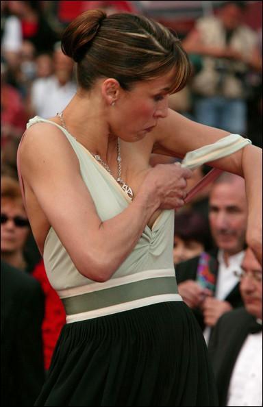 Ceci a créé l'événement à Cannes en 2005 ! C'est le décolleté qui  ne tient pas  de Sophie Marceau, qui a en fait tout montré ! Ce qui a fait scandale à l'époque, en fait, c'est ?