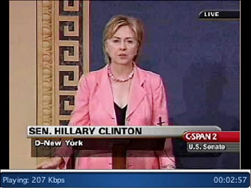 Voici Hillary Clinton, en 2007, lors d'un débat entre les candidats démocrates pour l'investiture à l'élection présidentielle. Ce décolleté en V, tout ce qu'il y a de classique, a suscité l'indignation en des termes violents de la part... ?