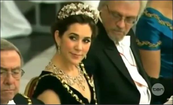 Et, pour finir en beauté, un scandale de décolleté dans le Gotha. La jeune femme décolletée est la Princesse héritière consort du Danemark, Mary, et le monsieur qui s'est trop attardé sur le décolleté et a créé le scandale, est ?