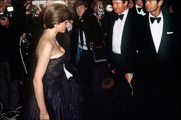 Ceci est le décolleté de la jeune Diana Spencer, la fameuse robe du soir de faille noire. La Presse a été subjuguée, et en a fait les gros titres. Pourquoi cela a-t-il été une telle affaire, hors la beauté pulpeuse de la jeune future Princesse ?