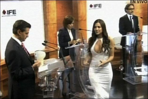 Ceci vient de se passer au Mexique : la jeune femme décolletée est une hôtesse de l'émission dont la présence a duré 24 secondes. Elle a pourtant fait scandale pour sa tenue s'agissant d'un débat politique entre candidats à la Présidentielle. Cela peut prêter à rire, pourquoi ?