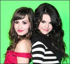 Selena Gomez a de plus grands pieds que Demi Lovato.
