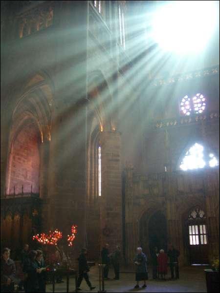Comment appelle-t-on cette partie centrale d'une église, perpendiculaire à sa longueur et représentant les bras du Christ en croix ?