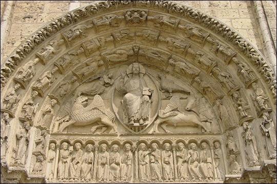 Et cette partie semi-circulaire sculptée en bas-relief située au-dessus des portes d'entrée ?