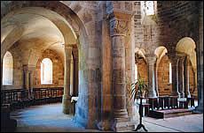 Comment appelle-t-on ce passage situé à l'arrière d'une église (à gauche sur la photo) ?