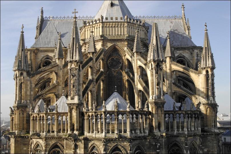 Comment nomme-t-on l'arrière d'une cathédrale ?