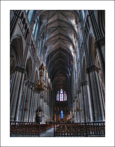 Comment appelle-t-on la plus longue partie d'une église, représentant le corps du Christ ?