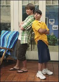 Moises Arias est plus petit que Jason Earles.