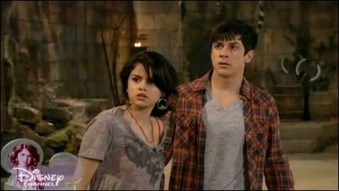 Durant un épisode le petit ami d'Alex et la petite amie de Justin vont se battre. Pourquoi faudra-t-il que tous ses couples se quittent ?