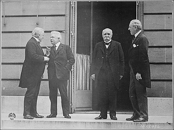 Le 28 juin 1919 est signé le traité de Versailles. Quelle décision n'y est pas prise ?