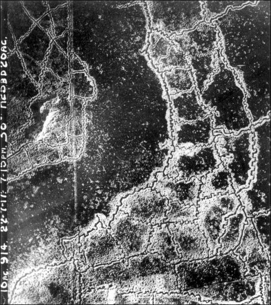 Dès la fin de l'année 1914, la guerre de position commence. Qu'est-ce qui n'est pas visible sur cette photographie aérienne ?