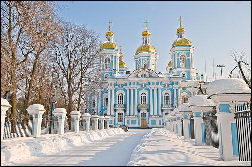 L'église Saint-Nicolas, bleu et or, est dédiée à une corporation spécifique. Laquelle ?