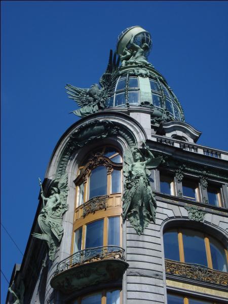Un industriel américain, Isaac Merritt Singer, a créé une société de machines à coudre qui a investi un magnifique immeuble à Saint-Pétersbourg entre 1902 et 1904. Quel est l'autre nom du café Singer ?