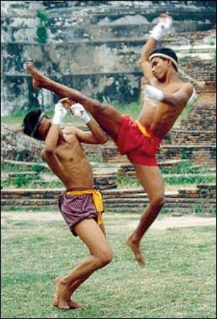 Comment s'appelle ce sport de combat en usage dans les armées de l'empire khmer depuis le début de notre ère ?