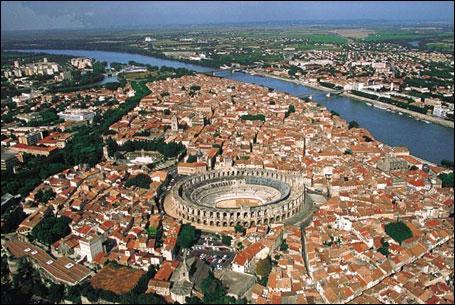 Quel monument n'appartient pas à Arles ?