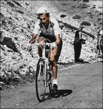 Le Tour 67 sera marqué par la mort de Tom Simpson. Tout le monde se rappelle de sa silhouette zigzaguant sur les pentes du Mont Ventoux. Qu'a-t-on retrouvé dans les poches de son maillot ?