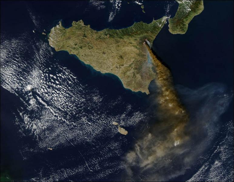 Observe cette photographie satellitale et sélectionne l'information qui est fausse