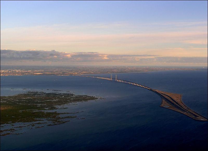 Le pont de l'Oresund permet le franchissement du détroit et relie deux pays. Lequels ?