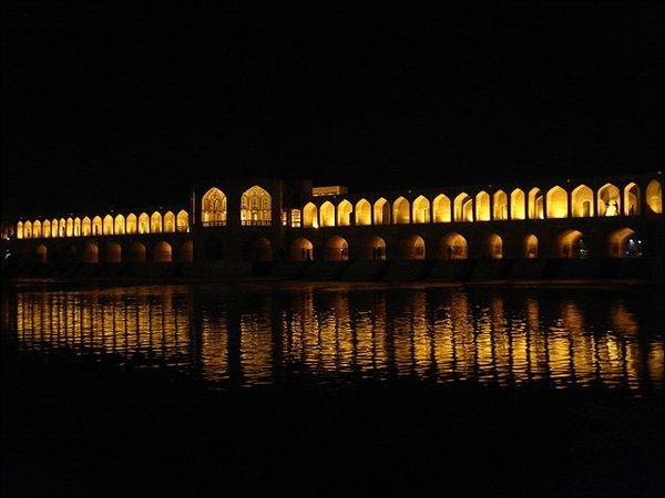 Quelle rivière passe sous le pont Khaju ?