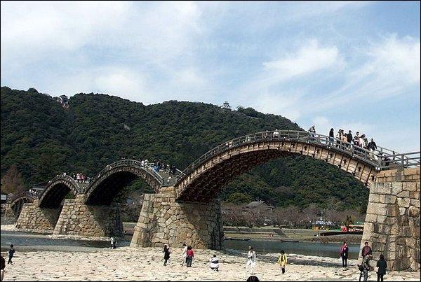 Combien d'habitants habitent à Iwakuni, ville où se trouve le Kintai kyo Bridge ?