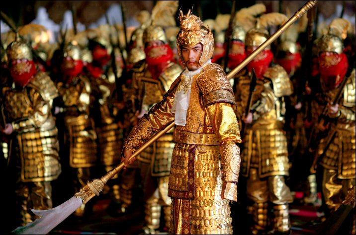 Quel métal précieux, bien que propriété exclusive de l'empereur, est porté par de nombreux personnages dans le film ?