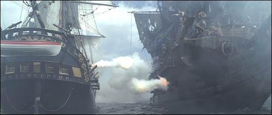 """Dans ce même film, le """"Black Pearl"""" se lance à la poursuite du navire prénommé """"Interceptor"""". Comment se termine cette affrontement sur la mer des Caraïbes ?"""
