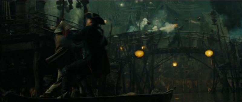 """Au début du film """"Pirates des Caraïbes : Jusqu'au bout du monde"""", quel marché est conclu entre William Turner et Sao Feng, lors de la bataille de Singapour ?"""