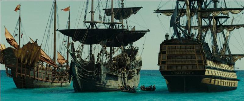 Quels sont les trois navires impliqués dans la bataille navale près de l'île du Kraken, dont les négociations permettront de passer des marchés déterminants pour la suite de l'histoire ?