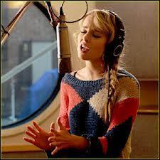 Quelle chanson chante-t-elle aux élèves du studio ?