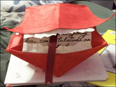 C'est une lettre rouge vif qui explose si on ne l'ouvre pas...