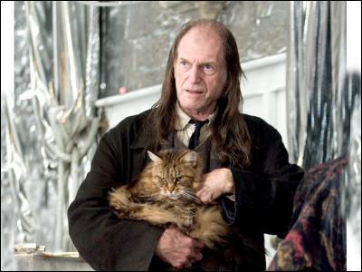Comment s'appelle la chatte de Mr. Rusard ?