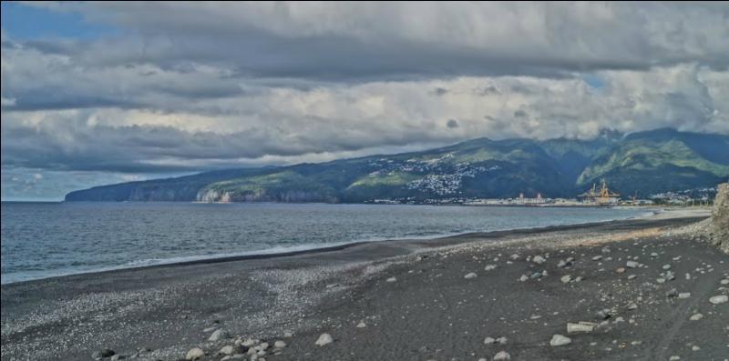 Cette photo a été prise à partir du port de la Pointe des Galets :