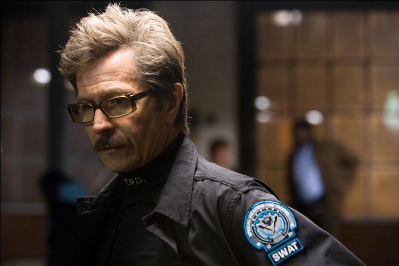 Qui joue le rôle de Jim Gordon dans le film  The Dark Knight  ?