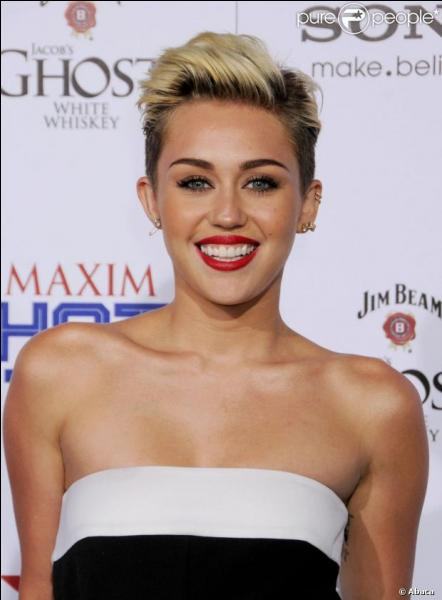 Quelle actrice s'est rasé les cheveux pour les porter blonds ensuite ?