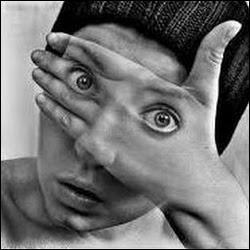 C'est ce qu'on appelle avoir les yeux derrière la main ! Quelqu'un qui se sert aussi habilement de la main droite que la main gauche s'appelle :