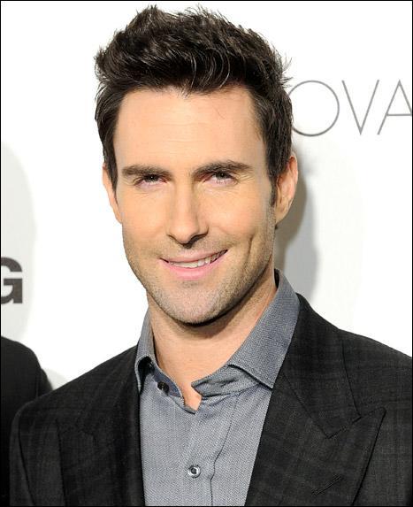 Il est le chanteur du groupe Maroon 5 !