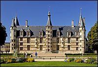 Considéré comme le premier château de la Loire, il fut construit vers 1460 sur ordre de Jean de Clamecy. Quel est ce superbe édifice ?