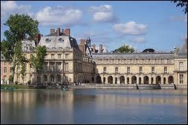 Il était le lieu de villégiature favori de François 1er, notamment pour traquer les bêtes  rousses et noires  dans ses forêts. Quel est le nom de ce superbe monument ?