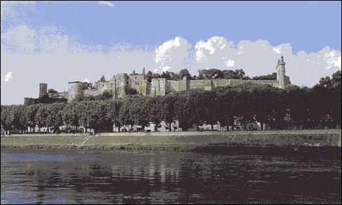 Il fut la dernière prison de quatre hauts dignitaires de l'ordre du Temple dont Jacques de Molay. Quel est ce château des bords de Loire ?