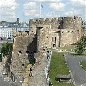 Ce château, dominant la Penfeld, fut considéré par Froissart comme 'le plus fort des châteaux'. Il est à l'origine d'une expression du capitaine Haddock. Facile non ?