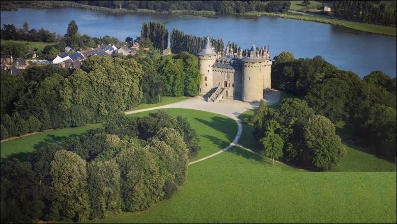 Chateaubriand, le célèbre écrivain, y passa une partie de sa jeunesse. Quel est ce splendide château breton ?