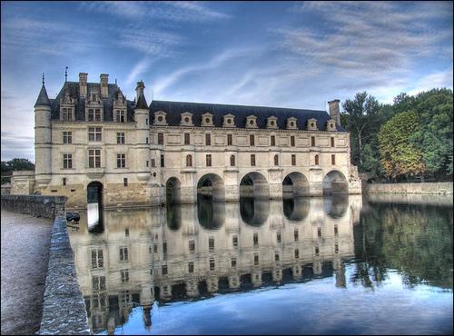 Enjambant le Cher, ce splendide château de la Loire aurait pu servir de passage en zone libre puisque sa particularité était d'être à cheval sur la ligne de démarcation. Hélas, les Allemands interdisaient l'accès à la propriété. Comment se nomme-t-il ?