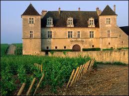Construit par les moines cisterciens en 1098, ce château est la 'mecque' du vin de Bourgogne. Quel est son nom ?