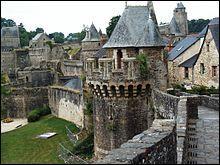 En 1828, Honoré de Balzac y séjourna plusieurs semaines et s'en inspira pour écrire son célèbre roman 'Les Chouans'. Quel est le nom de ce château ?