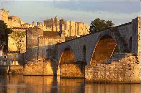Cette cité réservée aux papes vaut le déplacement. Dans quelle ville du Vaucluse se situe-t-elle ?