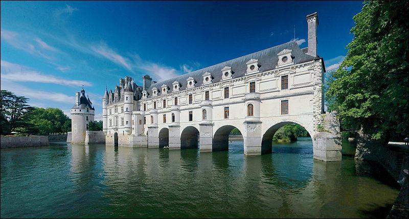 Lequel de ces trois châteaux de la Loire est carrément traversé par le Cher ?